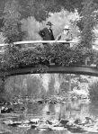 Monet (derecha) sobre el puente japonés - 1922